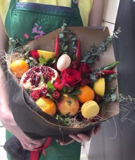 Фруктовый букет с черешней и макарунами