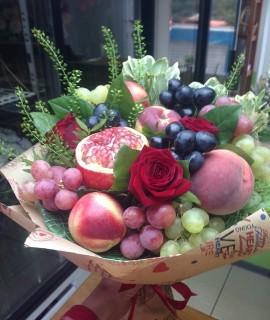 Фруктовый букет с персиками и гранатом