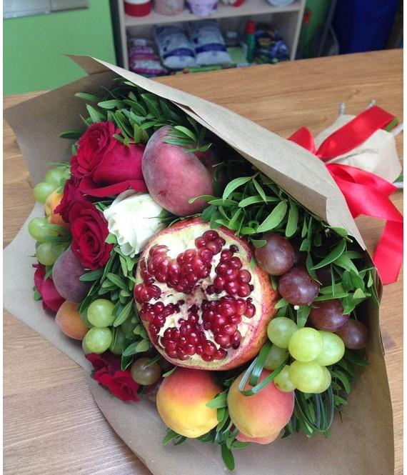 Фруктовый букет с розами и персиками
