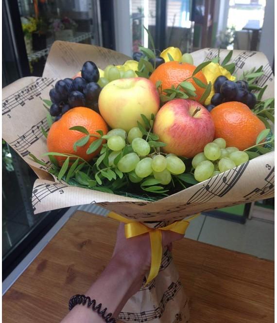 Фруктовый букет с желтыми розами