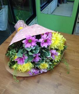 Букет из желтых и сиреневых хризантем