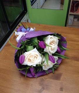 Букет из фиолетовых тюльпанов и белых роз