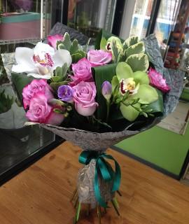 Букет из сиреневых роз и орхидей