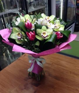 Букет из тюльпанов и зеленых орхидей