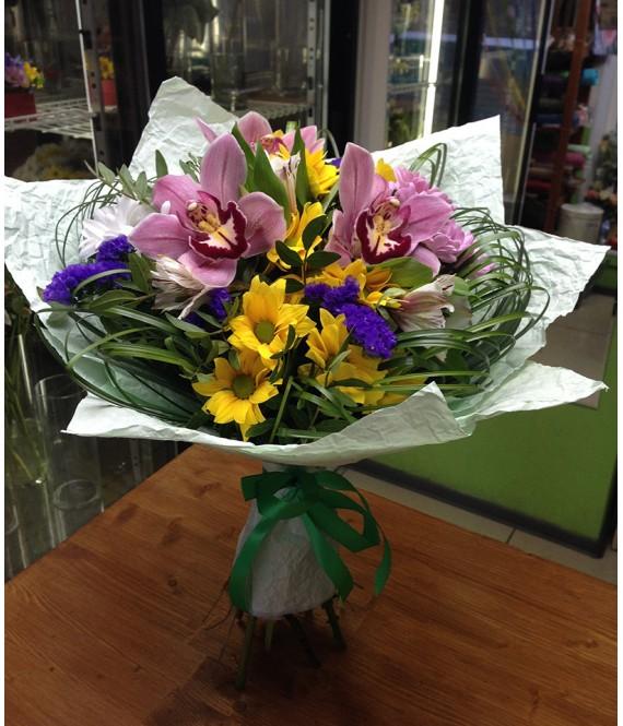 Букет с орхидеями и желтыми хризантемами