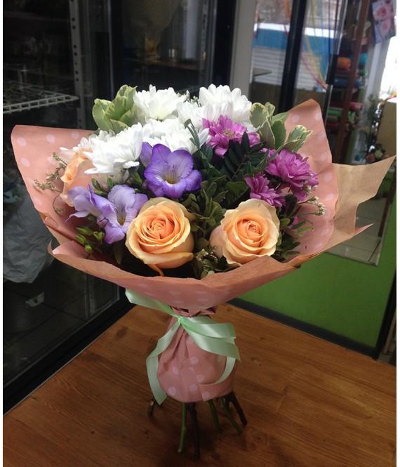 Букет с персиковыми розами и фрезией
