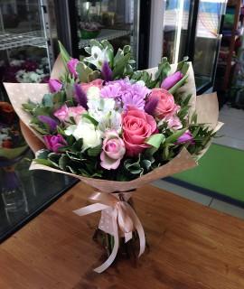 Букет с розами и сиреневыми тюльпанами