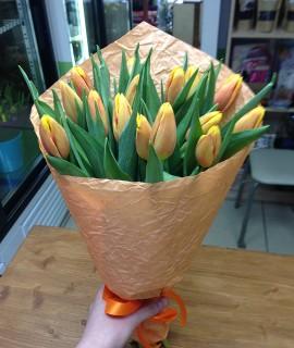 Букет из 15 оранжево-желтых тюльпанов