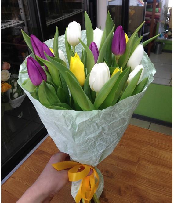 Букет из 15 разноцветных тюльпанов