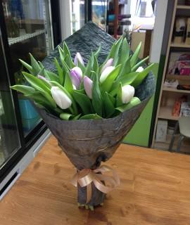 Букет из 15 сиреневых и белых тюльпанов