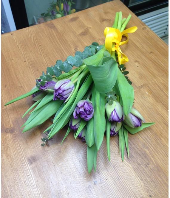 Букетик из 9 пионовидных тюльпанов и эвкалипта