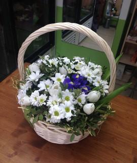Композиция с белыми тюльпанами в корзине