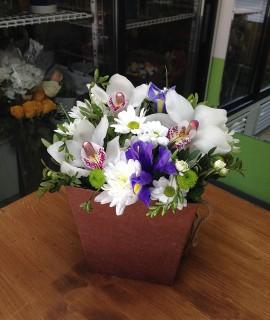 Букет с белыми орхидеями и ирисами в коробке-плайме