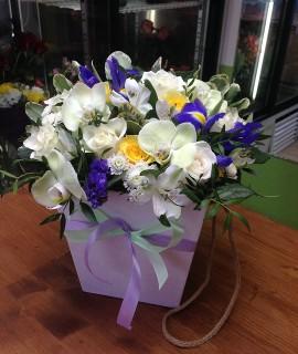 Букет с орхидеями и розами в коробке-плайме