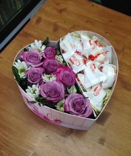 Композиция из фиолетовых роз и рафаэлло в коробке-сердце