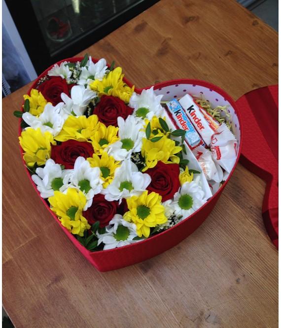 Композиция с красными розами и сладким в коробке-сердце