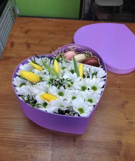 Композиция с тюльпанами и макарунами в коробке-сердце