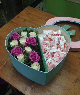 Композиция из белых и розовых роз с рафаэлло в коробке-сердце