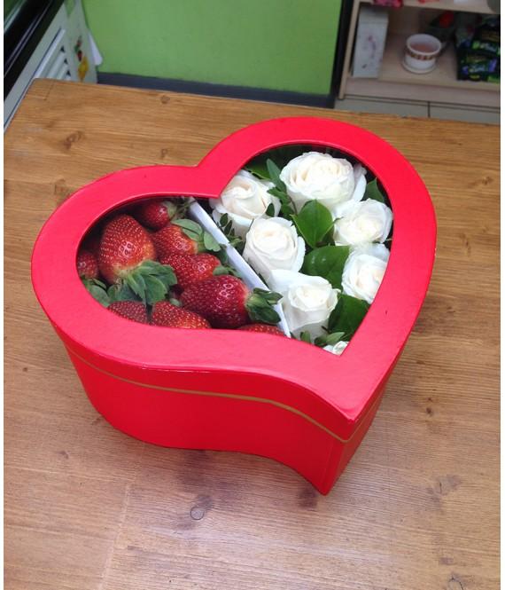 Композиция из белых роз с клубникой в коробке-сердце