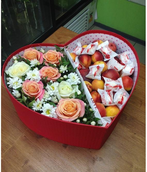 Композиция из цветов с абрикосами и рафаэлло в коробке-сердце