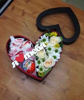 Композиция из цветов со сладким в небольшой коробке-сердце