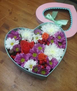 Композиция из хризантем и розы с ягодами в коробке-сердце