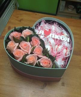 Композиция из нежно-розовых роз и рафаэлло в коробке-сердце