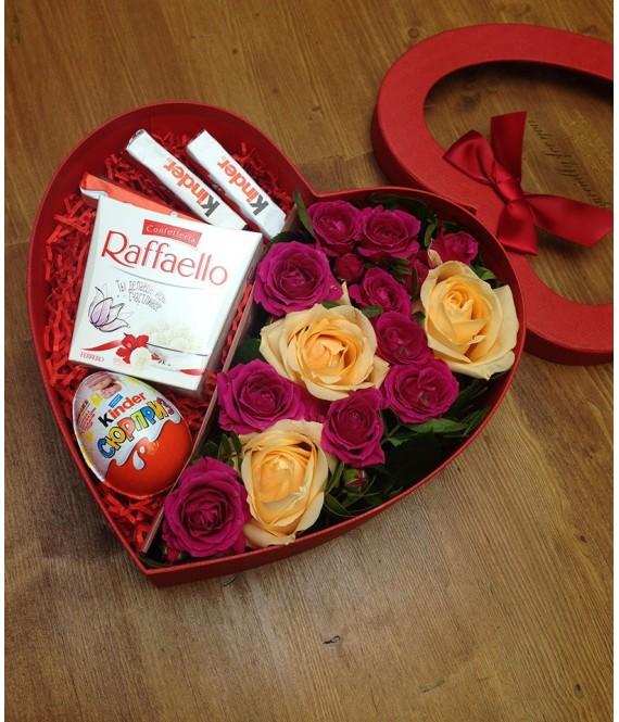 Композиция из персиковых и белых роз со сладким в коробке-сердце