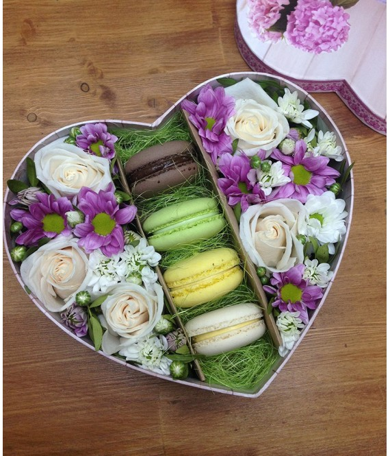 Композиция из роз и хризантем с макарунами в коробке-сердце