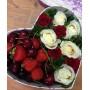 Композиция из роз с клубникой и черешней в коробке-сердце