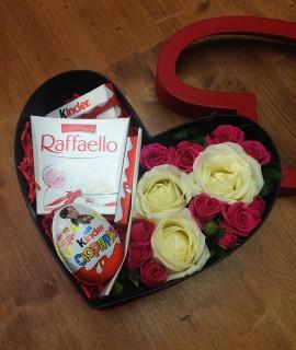 Композиция из роз со сладким в небольшой коробке-сердце