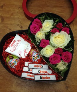 Композиция из розовых и белых роз со сладким в коробке-сердце