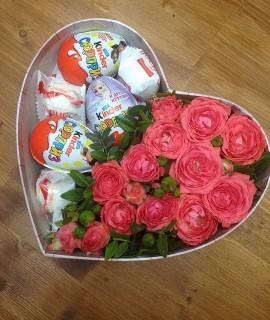 Композиция из розовых кустовых роз со сладким в коробке-сердце