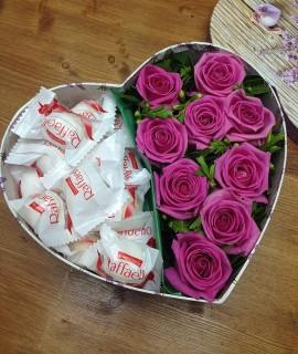 Композиция из розовых роз и рафаэлло в коробке-сердце