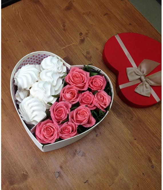 Композиция из розовых роз и зефира в коробке-сердце