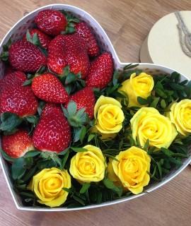 Композиция из желтых роз с клубникой в коробке-сердце