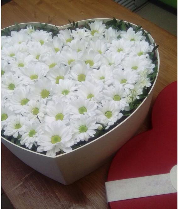 Композиция с хризантемами в большой коробке-сердце