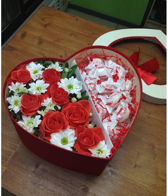 Композиция с коралловыми розами и рафаэлло в коробке-сердце