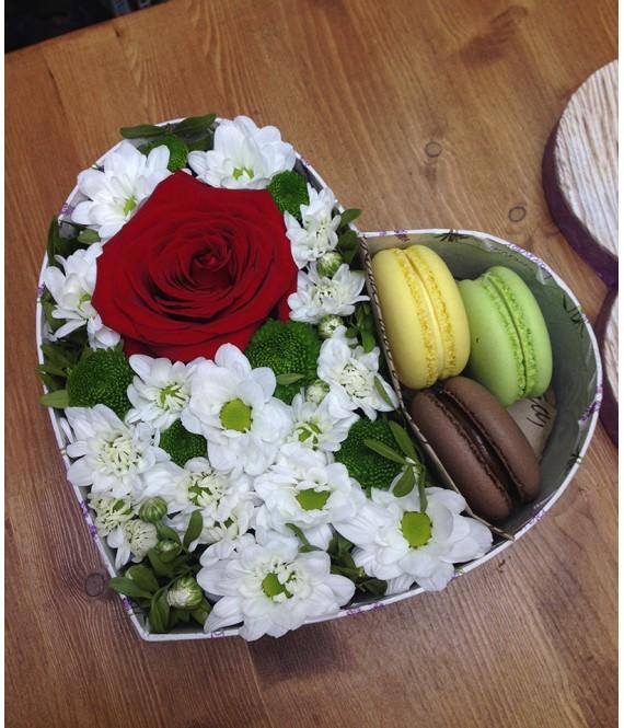 Композиция с красной розой и макарунами в коробке-сердце