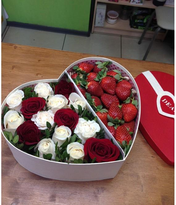 Композиция с красными, белыми розами и клубникой в коробке-сердце