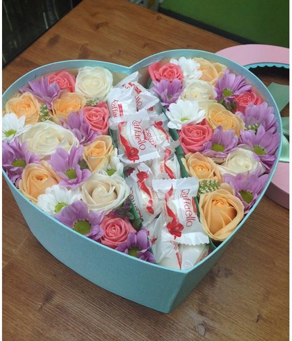 Композиция с нежными розами и рафаэлло в большой коробке-сердце