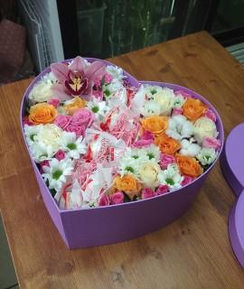 Композиция с розами, орхидеей и рафаэлло в большой коробке-сердце