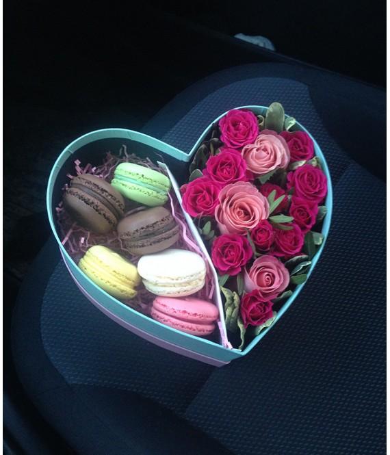 Композиция с розовыми розами и макарунами в коробке-сердце