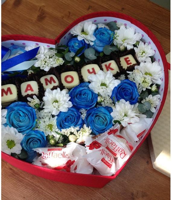 Композиция с синими розами, шоколадом и рафаэлло в коробке-сердце