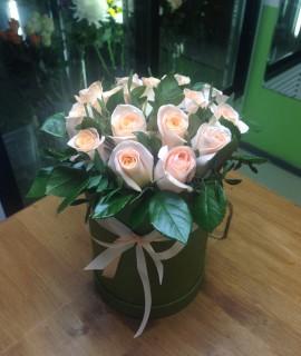 Букет из 15 кремовых роз с зеленью в шляпной коробке