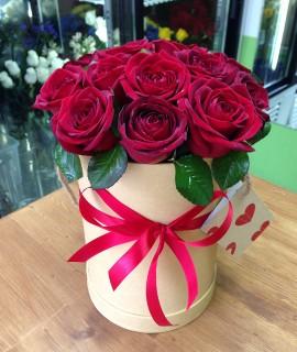 Букет из 15-ти бархатных роз в шляпной коробке