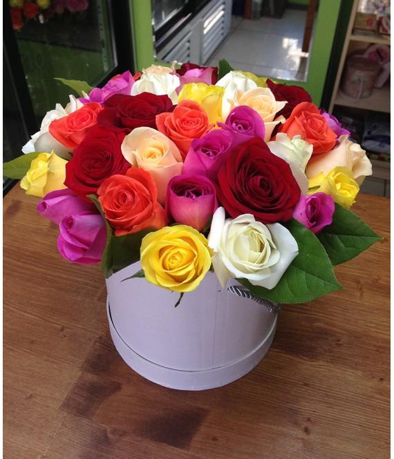 Букет из 35 разноцветных роз в белой шляпной коробке