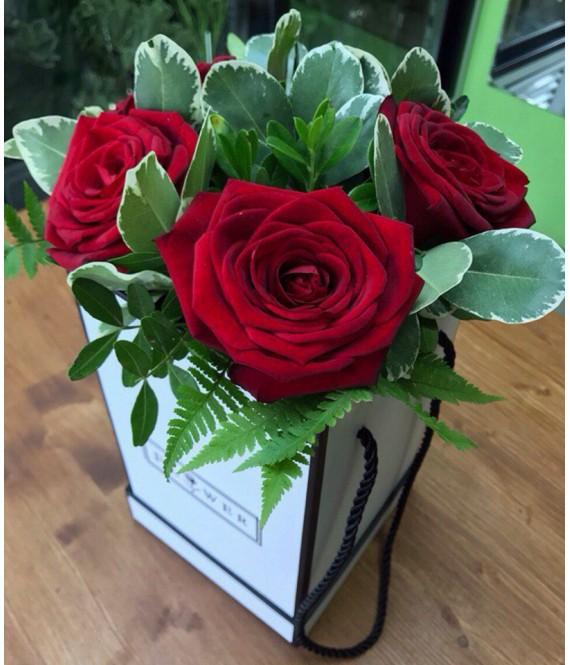 Букет из 5 красных роз в квадратной шляпной коробке