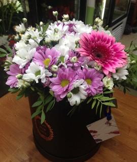 Букет из хризантем с герберой в черной шляпной коробке