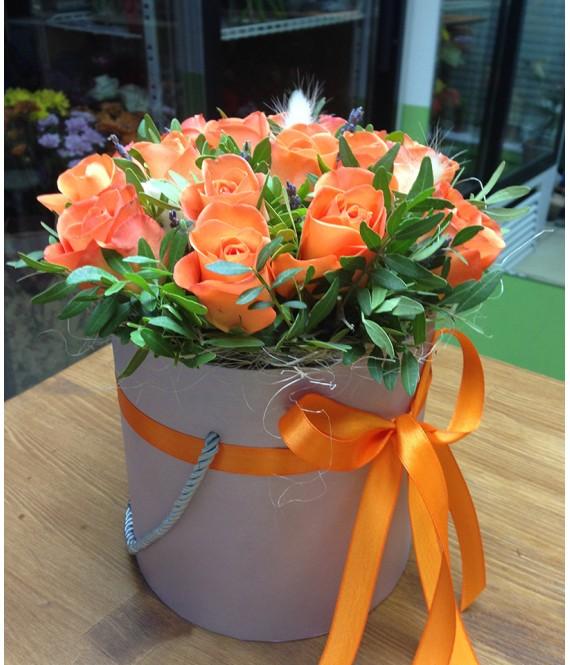 Букет из оранжевых роз и лаванды в шляпной коробке